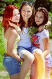 Amigos que felicitan a una muchacha en su cumpleaños Imagen de archivo libre de regalías