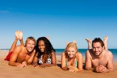 Amigos que funcionam em férias da praia Imagens de Stock