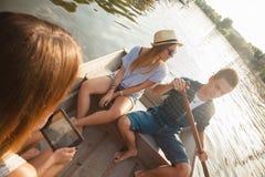 Amigos que gozan en un barco Fotografía de archivo libre de regalías