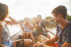 Amigos que gozan en un barco Foto de archivo libre de regalías