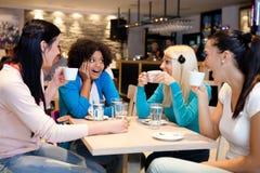 Amigos que gozan en un café Imagen de archivo libre de regalías