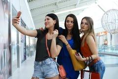 Amigos que hacen compras junto y que hacen el autorretrato Fotografía de archivo