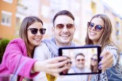 Amigos que hacen el selfie en café Fotografía de archivo