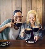 Amigos que hacen frente a concepto de la cafetería de la felicidad imágenes de archivo libres de regalías