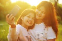 Amigos que hacen un selfie fotos de archivo