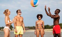 Amigos que jogam com a bola de praia no ver?o fotos de stock