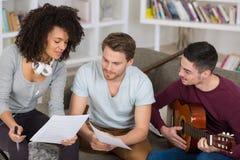 Amigos que jogam a música em casa imagem de stock royalty free