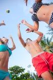 Amigos que jogam o voleibol Imagens de Stock Royalty Free