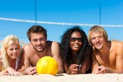 Amigos que jogam o voleibol da praia Fotografia de Stock