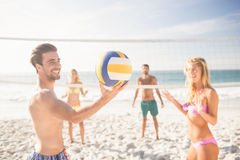Amigos que jogam o voleibol da praia imagens de stock royalty free