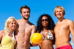 Amigos que jogam o voleibol de praia Fotografia de Stock Royalty Free