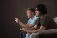 Amigos que jogam os jogos video Fotos de Stock Royalty Free