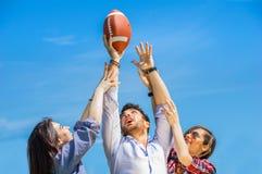 Amigos que juegan con la bola Fotografía de archivo libre de regalías