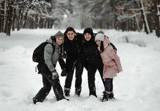 Amigos que juegan con nieve en parque fotos de archivo