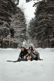 Amigos que juegan con nieve en parque fotos de archivo libres de regalías