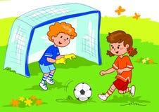 Amigos que juegan a fútbol Imagen de archivo libre de regalías