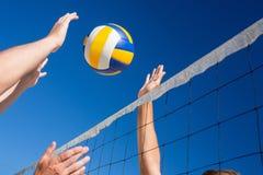 Amigos que juegan a voleibol fotografía de archivo libre de regalías