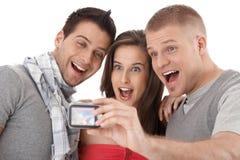Amigos que levantam para a foto Fotografia de Stock