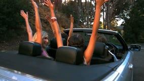 Amigos que levantam suas mãos no ar quando o homem conduzir video estoque