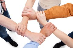 Amigos que ligan las manos en equipo Fotos de archivo