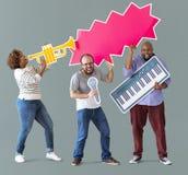 Amigos que llevan a cabo un icono musical imagen de archivo