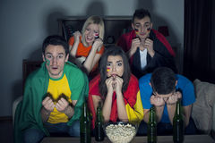 Amigos que miran el partido de fútbol en la TV Foto de archivo libre de regalías