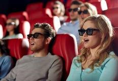 Amigos que miran película de terror en el teatro 3d Imágenes de archivo libres de regalías