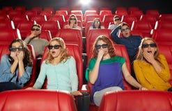 Amigos que miran película de terror en el teatro 3d Fotos de archivo