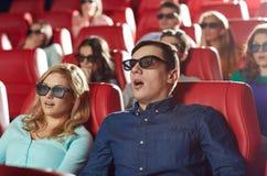 Amigos que miran película de terror en el teatro 3d Imagen de archivo libre de regalías