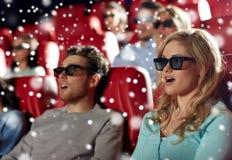 Amigos que miran película de terror en el teatro 3d Imagenes de archivo