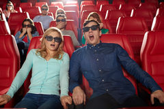 Amigos que miran película de terror en el teatro 3d Fotografía de archivo