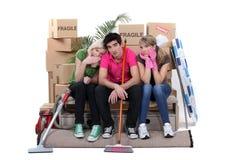 Amigos que movem a casa Fotos de Stock Royalty Free