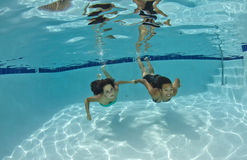 Amigos que nadam debaixo d'água Foto de Stock Royalty Free