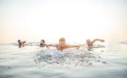 Amigos que nadan en el mar Foto de archivo libre de regalías