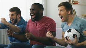 Amigos que olham o final do jogo de futebol, explosão que ruje para fora após o objetivo marcado vídeos de arquivo