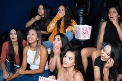 Amigos que olham um filme fotos de stock royalty free