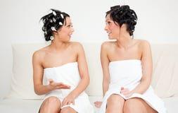Amigos que pampering na toalha Fotos de Stock Royalty Free