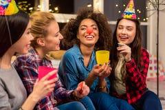 Amigos que parte que tomam a alegria durante o partido Fotografia de Stock Royalty Free