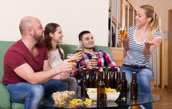 Amigos que penduram para fora com cerveja Fotografia de Stock Royalty Free