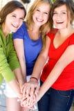 Amigos que ponen las manos juntas Foto de archivo