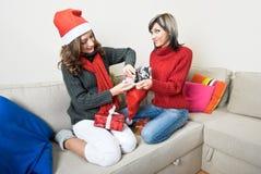 Amigos que preparan regalos de Navidad Fotografía de archivo libre de regalías