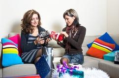 Amigos que preparan regalos de Navidad Fotos de archivo