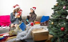Amigos que preparan regalos de Navidad Foto de archivo