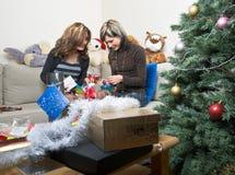 Amigos que preparan regalos de Navidad Fotos de archivo libres de regalías
