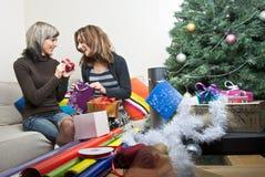 Amigos que preparan regalos de Navidad Imagen de archivo libre de regalías