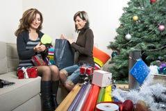 Amigos que preparan regalos de Navidad Imágenes de archivo libres de regalías