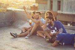 Amigos que prestam atenção ao futebol imagens de stock royalty free
