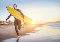 Amigos que recorren en la playa Imagen de archivo libre de regalías