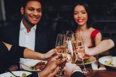 Amigos que refrigeram para fora a apreciação da refeição no restaurante imagens de stock royalty free