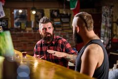 Amigos que relaxam na barra ou no bar Conversação bêbada dos Soulmates Homem farpado brutal do moderno para gastar o lazer com o  fotografia de stock royalty free